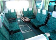 座席のレイアウト変更で快適なサロン形式に